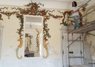 Salle de gypserie avant dorure sur l'encadrement du miroir